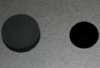 Le standard de mesure du noir et le nouveau matériau à droite [Reuters]